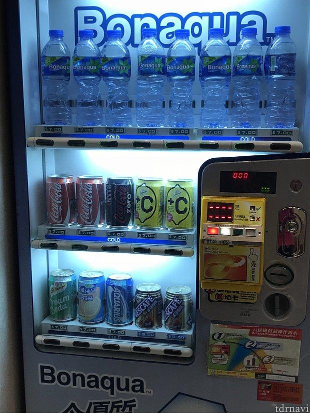 ホテルフロントの自販機です。水などが売られています。
