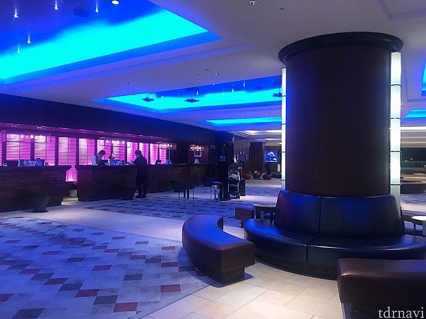 ホテルのロビー。なんだかラブホテル感漂うライティング……