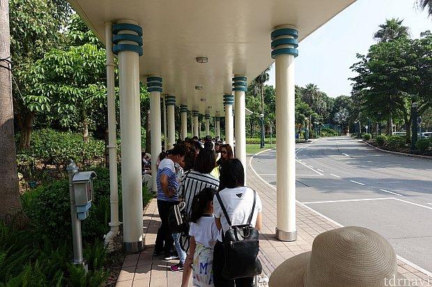 朝9:45のシャトルバス乗り場は相当並んでましたが、臨時のバスが来て10分ほどで乗れました。