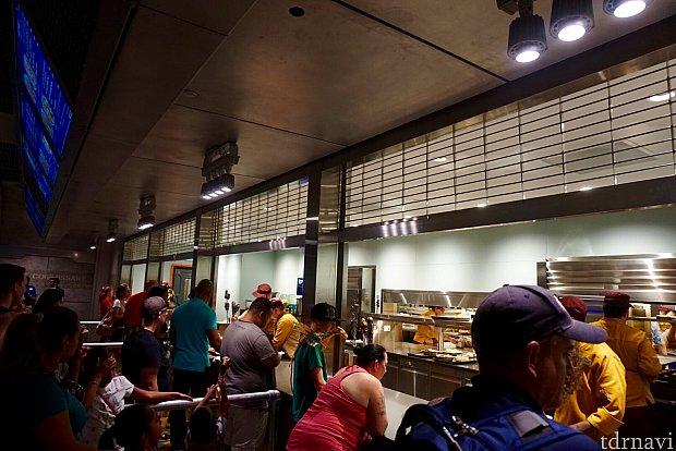 オーダーの仕方は通常のクイックサービスレストランと同じです。オーダーした後、前のカウンターに進んで、注文の品が来るのを待ちます。