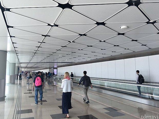 香港空港T1到着です。LCCだからかイミグレまで大分歩きます。