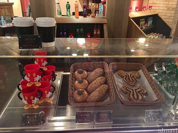 アンパンと肉松パンと焼き菓子。