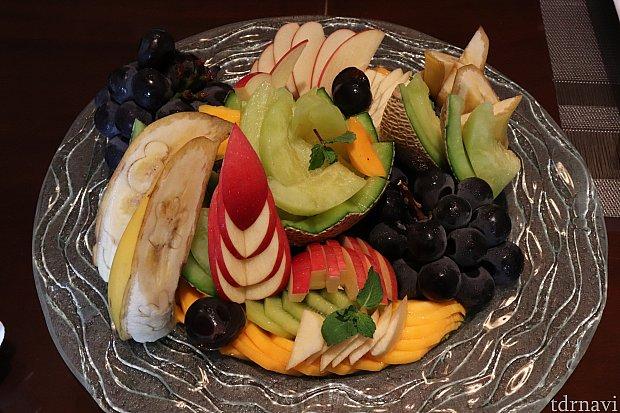 私は翌朝にフルーツ切って貰いました♪なんだかとってもオシャレ✨バナナにミッキーいる!どれもとても美味しかったです。量が多いので、別室の友人呼んで8人くらいで完食しました。