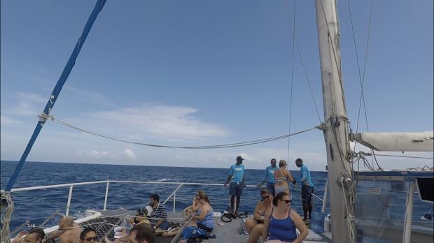 こんな感じのボートで移動します。帰りのボートはDJが音楽流してみんなでワイワイ踊ってました。