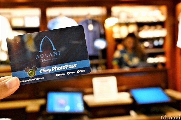 受付のキャストさんにフォトパスのカードを出します。カードの柄は2種類です。