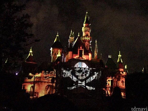 カリブの海賊!とってもかっこいいです!赤い花火がたくさんあがります。