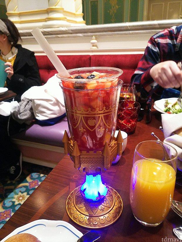 スペシャルドリンク。色が変わるカップに、ドナルドも興味津々でした。(笑)