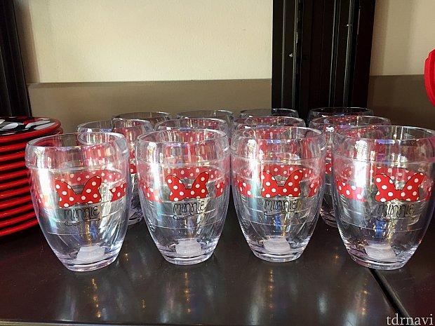 プラスティック製のミニー柄のグラス。結構値段がします。$24.99。