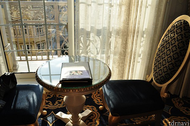 リビングルームの窓際にはテーブルセットが置かれています。
