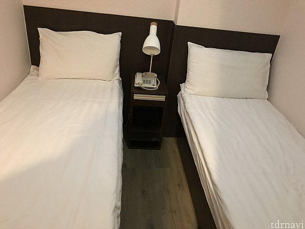 ベッドは狭く、高身長の方は足が出ます💦 寒かったのでダウンを布団の上からかけて寝ました💦
