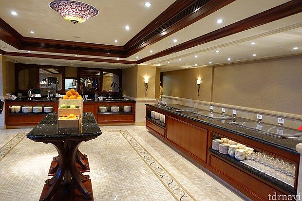 ここがブッフェのキッチン。意外と広くてメニューが豊富でした。「ルミエールのキッチン」の3分の2ぐらいの品揃えかな。