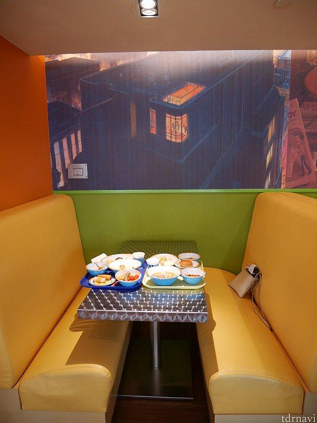 座り心地はいいけれど、トレー2つ並べるとなぜかはみ出すテーブルでした。