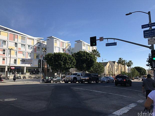 モーテル近くの大きな通り。駅もこの通りに面しています。