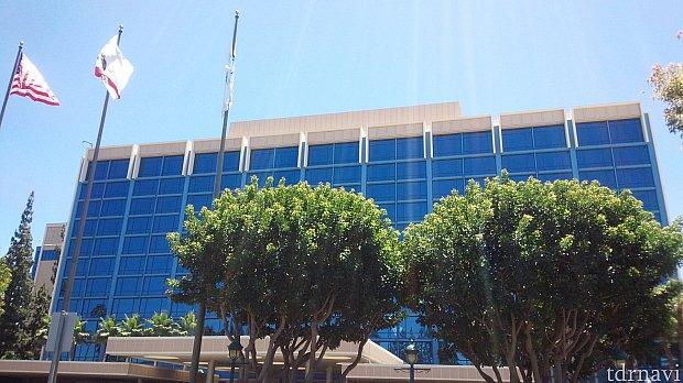 外観はオフィスビルのよう。