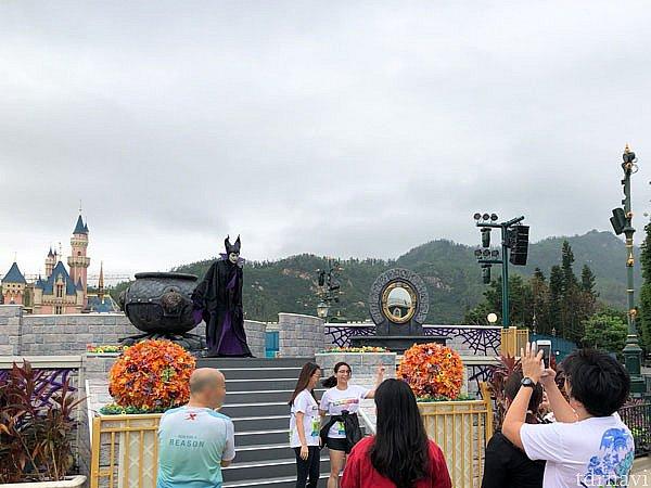 城前のステージではマレフィセントが立ちはだかっていらっしゃいました。