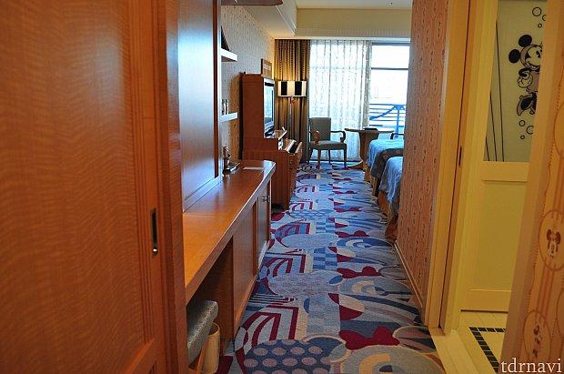 お部屋に入ると手前にバスルームとトイレ、クローゼットがあります。