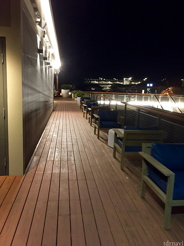 反対側はレインフォレストカフェと、ディズニーサラトガスプリングスの景色が。
