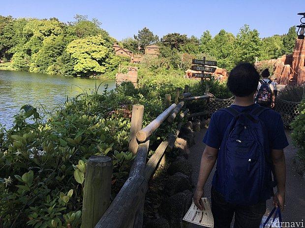 トムソーヤ島に着いたら早速歩き始めましょう!いかだ乗り場の前にはトイレがあります