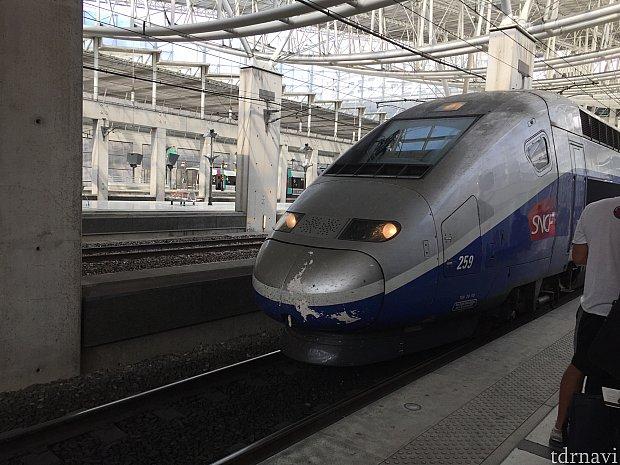 TGVは定刻通りにやって来ました。