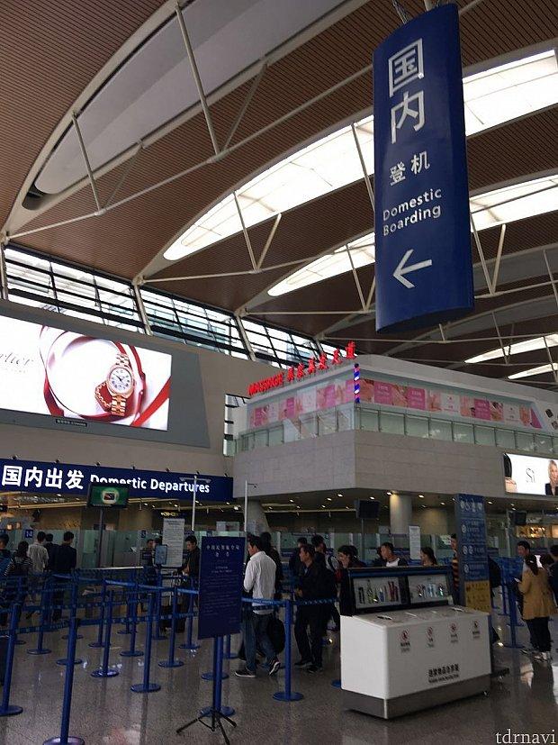 中国国内の搭乗入口の左手にあります。