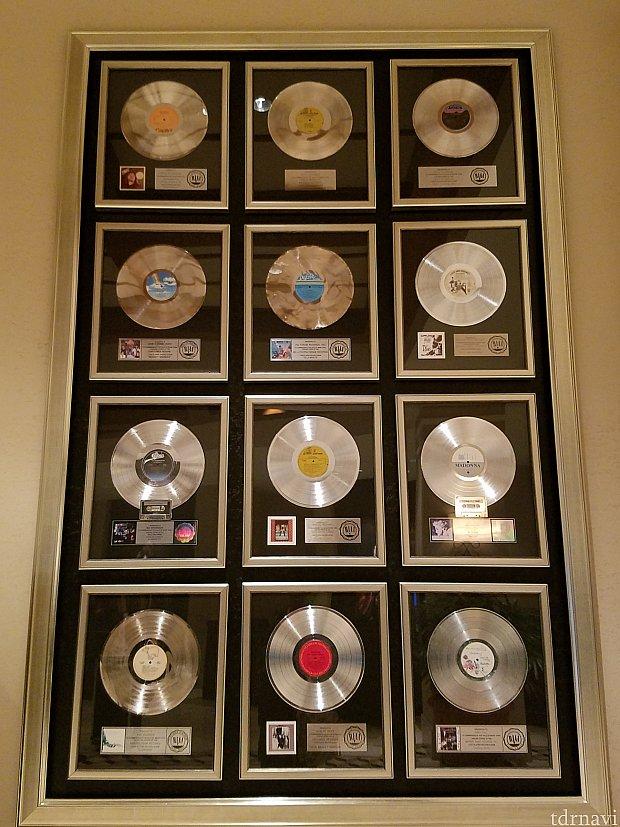 色んなアーティストのゴールドディスクが飾られています。