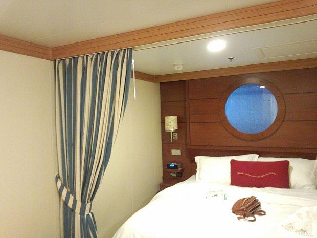 クイーンサイズベッドには仕切れるようにカーテンがついています。