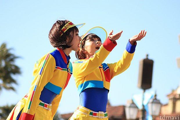 カールじいさんの風船をあげる風ダンサー。
