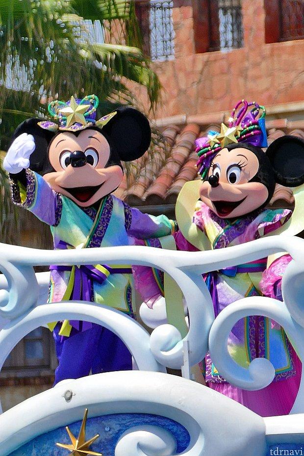 ミッキーとミニーちゃんは、織姫と彦星のコスチュームで登場!