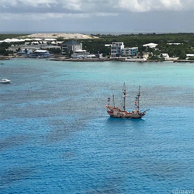 ファンタジー号から見えた海賊船。ファンタジー号が大きぎてしょぼく見えてしまいますがそんなことないです…