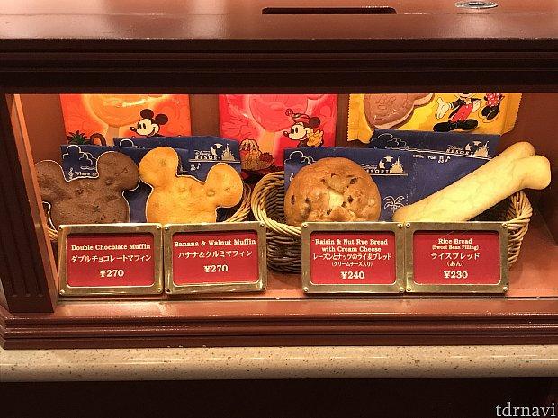 店内で売られているパンやマフィン、アイスなどです。種類は少ないです。以前はマイクメロンパンも販売していましたが、今回は販売していなかったです。