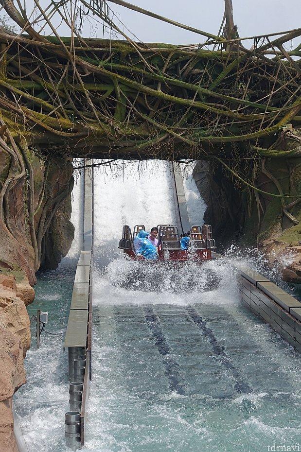 滝壺へのドロップ!ここは意外と濡れない。今後は調整されるかも。