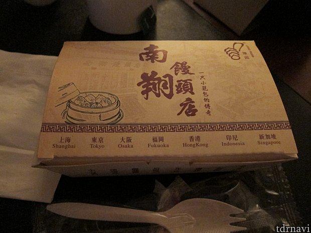 夕飯は、ホテルから徒歩10分ほどのところにあるショッピング街「豫园商城」の南翔饅頭店で買ってきた小籠包を部屋で食べました。