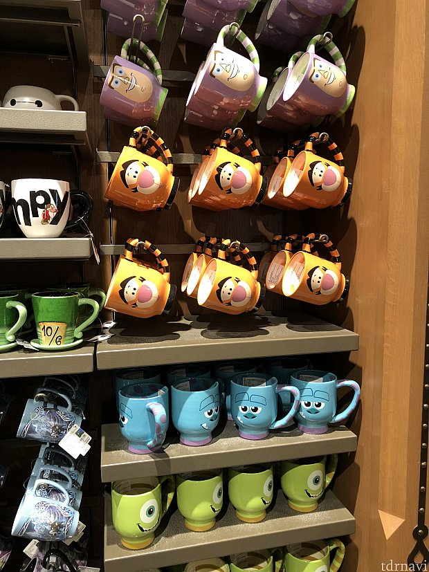 右側の持ち手が可愛いマグカップ 各85元