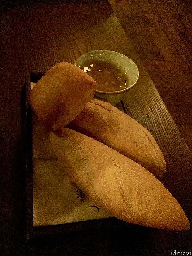パンが出されました。付け合わせの蜂蜜をつけていただきます。