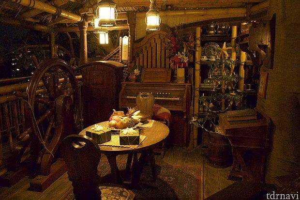 こちらはリビングルームのような感じなのでしょうか?オルガンからの音を連想させる音楽が聞こえてきます。冬にはクリスマスバージョンに変わります。