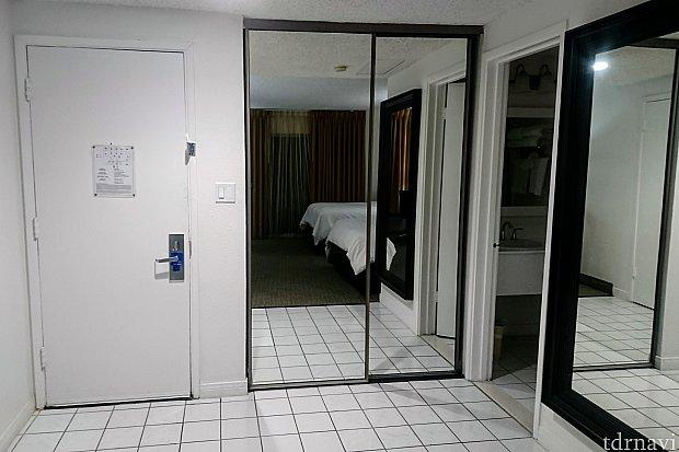 部屋のドアを振り返って。 鏡の内側がクローゼットです。