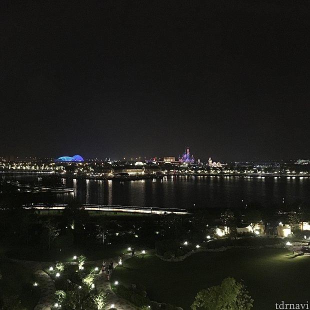 部屋から見える、夜のパーク。城とトロンがまぶしい。