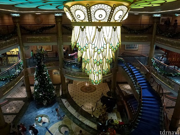5階からみた船内ロビー、ここでショーやキャラグリが行われます