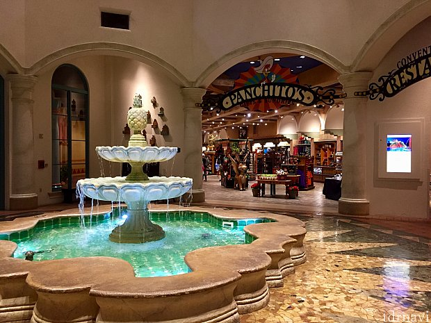 建物に入ると大きな噴水が目の前に。