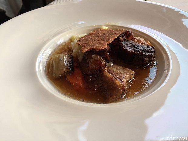 メイン(肉):牛バラ肉のコンフィ ポトフ風 根菜のブレゼとスパイス香るチーズのチュイール