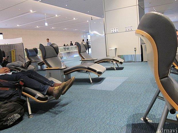 羽田空港にはこんなラウンジ椅子があったので、ここで休んでました。
