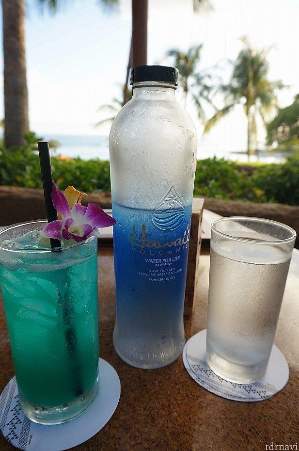 私は「ハワイアンウォーター(水)」、友人はアルコールの「ブルーハワイ」を注文。