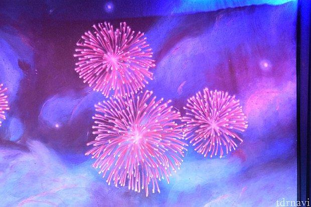 ミッキーの後ろには、ミッキーの形の花火が上がっています