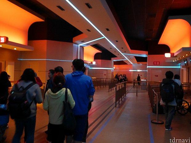 こちらはアイアンマンの乗り場。搭乗案内のアナウンスが始まる音はスターツアーズと同じかも。乗り込むときに通路を渡るのは同じです。