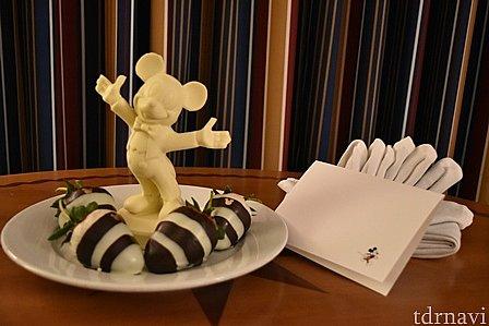 最終日の夜、パークから帰ってくるとベットサイドに素敵なサプライズが☆ずっしりと重いミッキーのホワイトチョコレートと、大きいいちごにチョコレートコーティング。