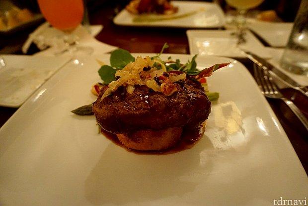 Charred Fillet of Beefは通常価格$49。フィレ肉のステーキで、コロッケの様なポテトの上に乗っています。淡白なステーキですが柔らかくてとても美味しく頂きました。
