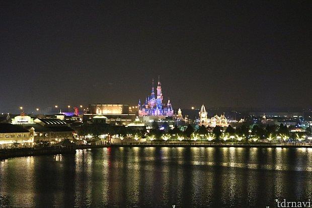 クラブラウンジからみた夜の上海ディズニー