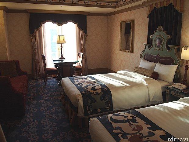 客室はツインベッドで窓際に机とイスがあり座ってゆっくりとメディテレーニアンハーバーの景色を楽しめます。