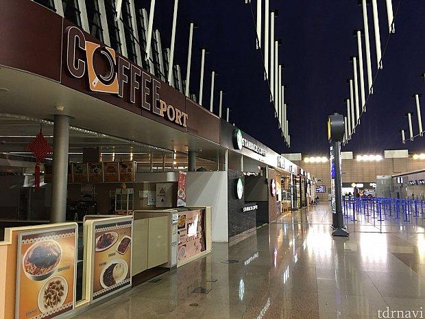出発ロビーの右端に8店舗の飲食店が並んでいます。