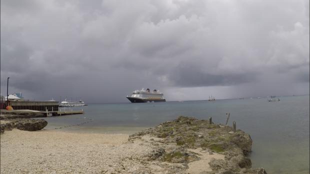 曇り空ですが…海岸沿いの砂浜からファンタジー号が見えます!ファンタジー号の右側に薄っすら小さく見えてるのが最初にアップした写真の海賊船です(笑)ファンタジー号と大きさを比べるとカスみたいですね(・∀・)